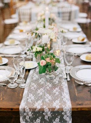 runner di pizzo su tavolo nudo - matrimoni con laccento - Roberta Patane
