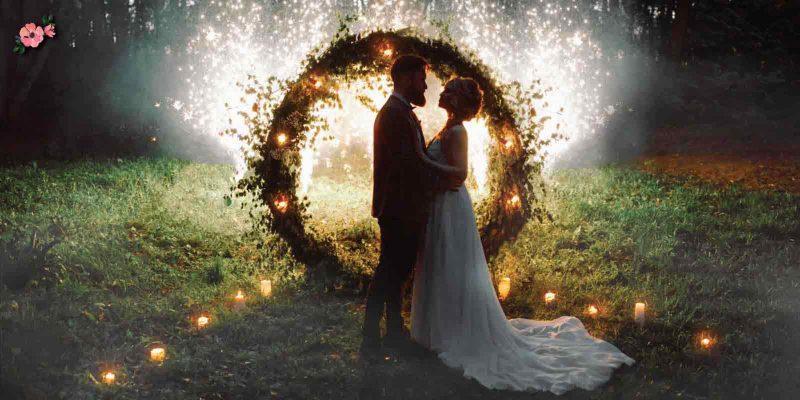 Matrimonio di sera con hoop, luci e fuochi d'artificio