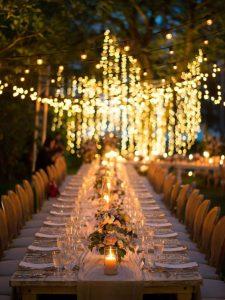 Tavolo imperiale di sera illuminato da luci e candele