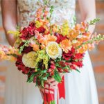 Bouquet da sposa dai colori caldi, rosso, giallo, arancione