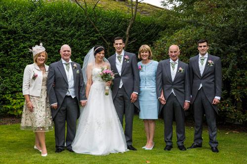 Papà degli sposi in tight come lo sposo e il testimone