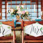 Sedie degli sposi con cartello Mr e Mrs