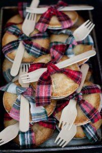 Mini-tortine di mele con forchettine da regalare agli ospiti di un matrimonio autunnale o invernale