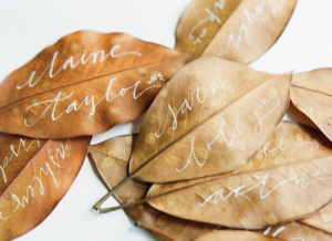 Segnaposto scritti a mano su foglie autunnali
