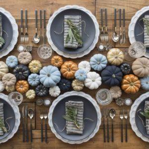 Centrotavola autunnale con zucche colorate avorio, arancio, oro, azzurro e blu