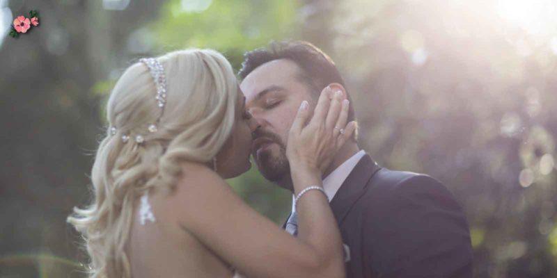 Due sposi romantici che si baciano