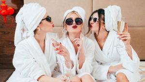 Amiche truccate alla SPA per l'addio al nubilato della sposa