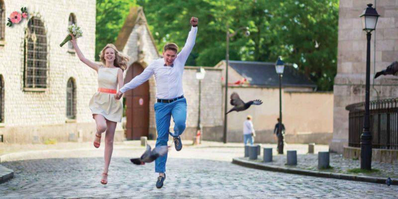Sposi che saltano felici in seguito alla Promessa di matrimonio