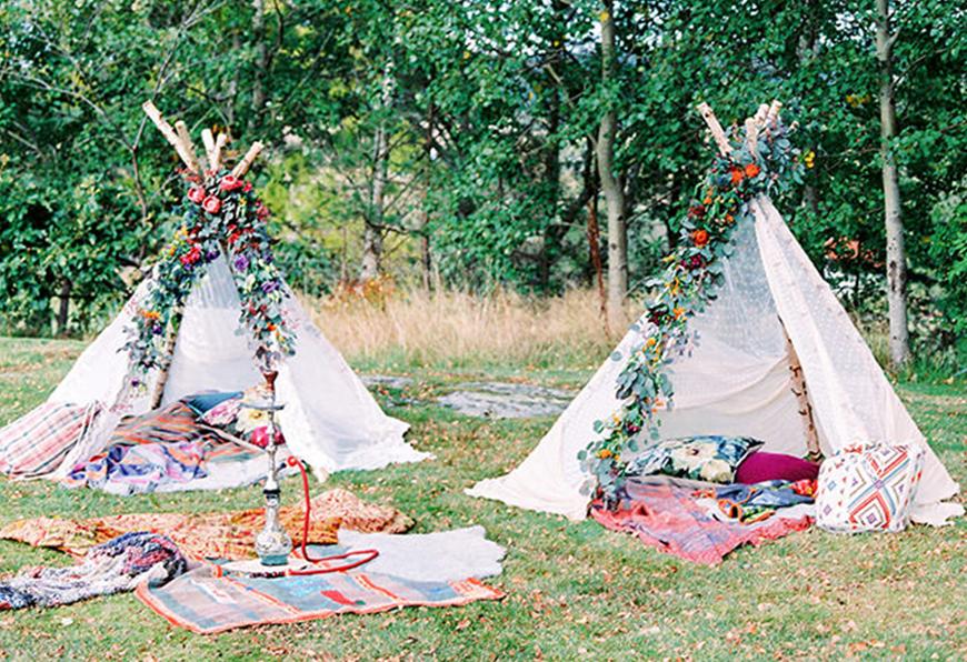 Allestimento zona realx in stile Boho con tepee e tappeti