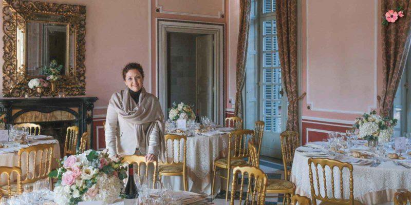 La wedding planner Roberta Patanè che controlla gli allestimenti e il wedding design
