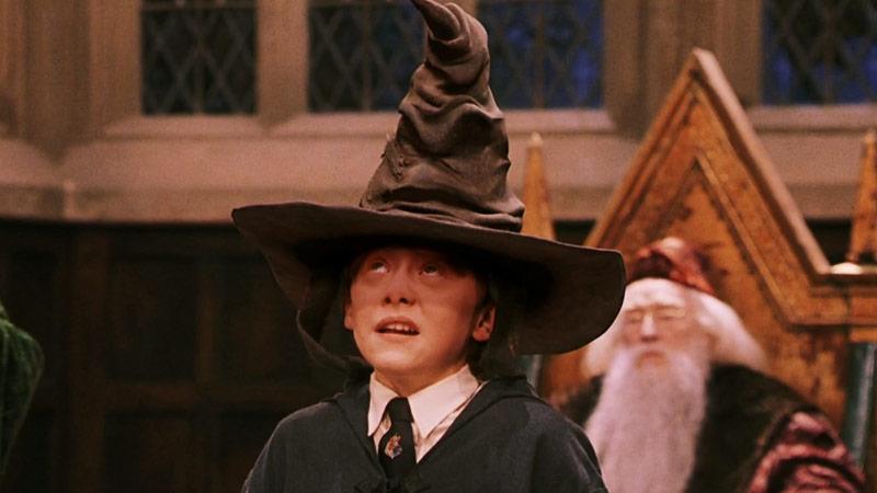 Un'immagine di Ron Weasley che indossa il Cappello Parlante