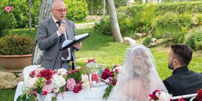 Celebrante e sposi durante il rito simbolico all'aperto