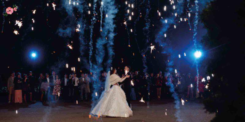 Sposi che ballano con ospiti intorno
