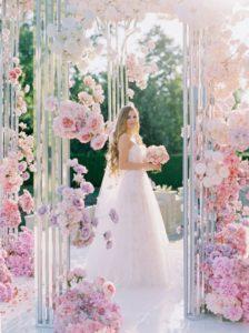 Sposa al centro di un gazebo decorato con fiori romantici, perfetto per matrimonio a tema Disney