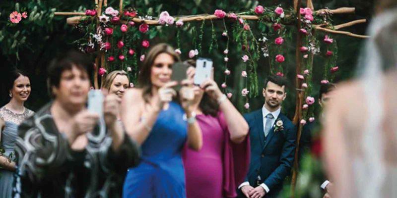 Invitati che fanno foto con il telefono