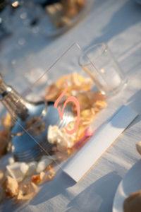 segnatavolo matrimonio in plexiglas scritto a mano in Living Coral