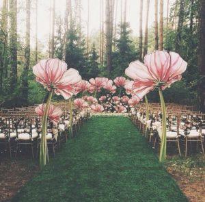 Navata decorata con fiori giganti a tema Alice in Wonderland