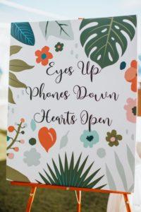 Cartello alla cerimonia per chiedere di non usare gli smartphone