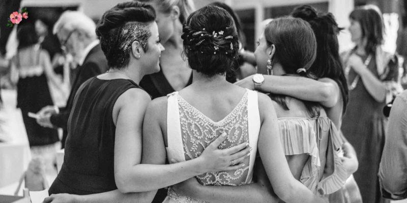 Testimoni che abbracciano la sposa