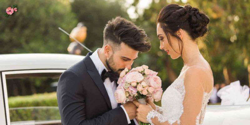 Tradizioni Matrimonio: il bouquet - Sposo che annusa il bouquet della sposa