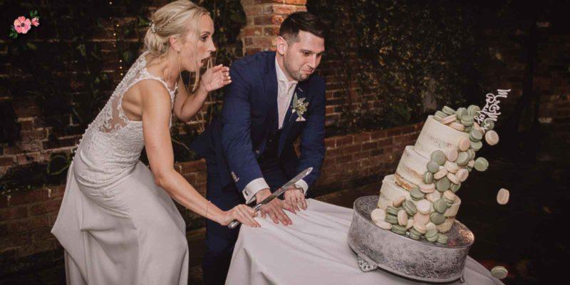 giorno delle nozze_torta nuziale cade davanti agli sposi