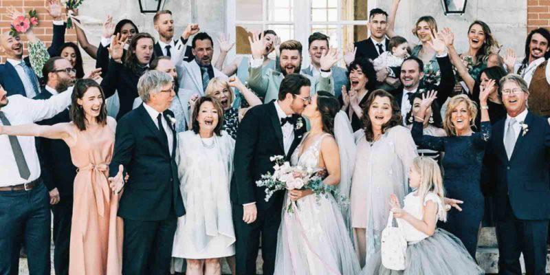 foto di gruppo degli ospiti con gli sposi